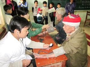 Đoàn tình nguyện khám, cấp thuốc miễn phí cho người dân tại xóm Suối Bến, xã Tiến Sơn (Lương Sơn).