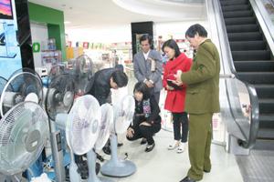 Đoàn kiểm tra liên ngành kiểm tra chất lượng thiết bị điện, điện tử tại siêu thị AP PLAZA (Công ty TNHH Anh Phong).