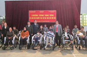 Lãnh đạo Sở LĐ – TB & XH, Hội Bảo trợ NTT & TMC tỉnh trao xe lăn cho NKT huyện Tân Lạc.