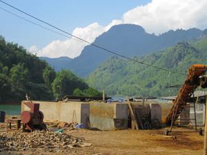 Sau khi ngâm ủ sút được Công ty TNHH một thành viên Tuấn Hưng xả từ bể nguyên liệu thẳng ra vùng hồ sông Đà.