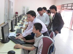 Người lao động tra cứu thông tin việc làm tại phiên giao dịch việc làm TPHB. Ảnh: C.Lệ