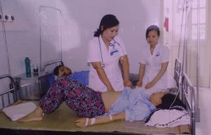 Bác sĩ chuyên khoa cấp 1 Nguyễn Phương Hoa khám cho bệnh nhân.