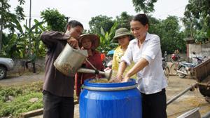 Nông dân xã Đoàn Kết (Yên Thủy) ủ chua rơm rạ làm thức ăn dự trữ cho gia súc vụ đông xuân 2012 – 2013.