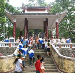 Nhà bia ghi tên liệt sĩ trong khuôn viên Tượng đài Tây Tiến ở xóm Trang, xã Thượng Cốc (Lạc Sơn) là nơi sinh hoạt truyền thống cách mạng, yêu nước của thầy và trò trường tiểu học Thượng Cốc. Ảnh: H.D