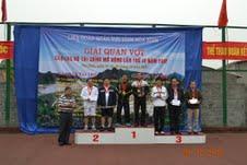 Đồng chí Hoàng Việt Cường, Bí thư Tỉnh ủy trao giải nhất, nhì, ba cho các đôi nam nội dung 46 tuổi trở lên.