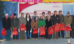Công ty BHNT Prudential trao 20 suất quà cho các gia đình chính sách có hoàn cảnh khó khăn huyện Tân Lạc.