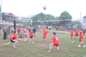 Các VĐV nam tham gia thi đấu tại giải bóng chuyền cụm I.