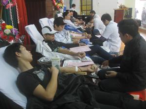 ĐV- TN tham gia hiến máu tại Ngày hội.