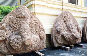 Các tympan chạm khắc chim thần Garuda được tìm thấy tại Cấm Mít - Ảnh: Vũ Phương Thảo