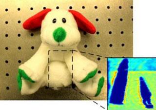 Con chip mới phát ra bước sóng ở tần số THz, cho thấy hình ảnh của đồ vật bên trong - Ảnh: Caltech