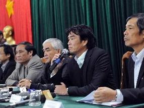 Huấn luyện viên trưởng Phan Thanh Hùng trả lời các câu hỏi của phóng viên báo chí về nguyên nhân thất bại của đội tuyển bóng đá quốc gia Việt Nam. (Ảnh: Quốc Khánh/TTXVN)