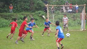 Trận đấu bóng đá tiểu học giữa trường tiểu học Phú Lương A và Phú Lương B tại giải bóng đá do ngành GD&ĐT tổ chức năm 2012  (vùng Quyết Thắng).