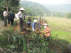 Nhân dân xóm Bún, xã Yên Mông (TPHB) phát dọn kênh mương phục vụ SX vụ chiêm - xuân 2013 sắp tới.