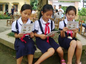 Học sinh trường tiểu học xã Cao Sơn (Đà Bắc) tìm hiểu thông tin về vai trò và lợi ích giữ gìn đôi bàn tay sạch.