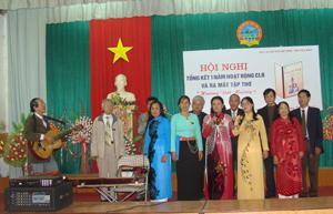Tiết mục đoạt giải A của CLB Hương đồng quê (huyện Lạc Thuỷ) tại lễ tổng kết 1 năm hoạt động của CLB thơ Hoà Bình.