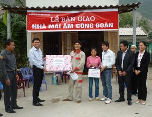 Trao nhà mái ấm công đoàn cho gia đình anh Bạch Văn Khương.