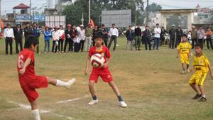 Một trận đấu vòng chung kết của các trường tiểu học tại Giải bóng đá tiểu học, THCS năm 2012.