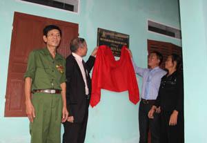 Đại diện Hội NN CĐDC/Dioxin tỉnh và Công ty CP dinh dưỡng nông nghiệp Quốc tế AnCo trao nhà tình nghĩa cho NN CĐDC Nguyễn Khắc Sơn, khu phố 10, thị trấn Hàng Trạm.
