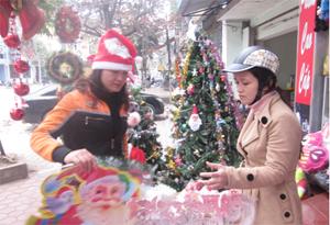 Người dân thành phố Hòa Bình sắm đồ trang trí cho lễ Giáng sinh.