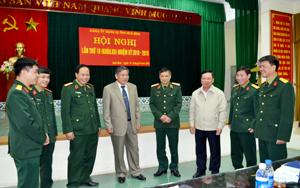 Các đồng chí lãnh đạo tỉnh, Quân khu III trao đổi những giải pháp, thực hiện hiệu quả nhiệm vụ QP - QSĐP năm 2013.