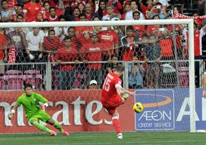 Faihdrudin mở tỷ số cho Singapore sau quả 11m thành công