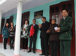 Đại diện Hội NN CĐDC/Dioxin tỉnh, huyện Kỳ Sơn và Công ty CP dinh dưỡng nông nghiệp Quốc tế AnCo trao nhà tình nghĩa cho NN CĐDC Trần Thị Lực.