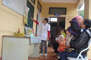 Cán bộ Trạm y tế xã Dân Chủ (TPHB) tuyên truyền cách chế biến thức ăn đảm bảo dinh dưỡng cho trẻ.