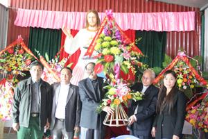 Đại diện đoàn tặng lẵng hoa tươi thắm chúc mừng lễ Giáng sinh đồng bào công giáo giáo xứ Hòa Bình, phường Đồng Tiến (Thành phố Hòa Bình).