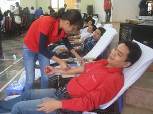 Nguyễn Trung Hiếu, đoàn viên chi đoàn Công ty TNHH một thành viên xổ số kiến thiết Hoà Bình tham gia ngày hội thanh niên hiến máu tình nguyện năm 2012.