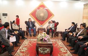 Đồng chí Bùi Văn Tỉnh, Chủ tịch UBND tỉnh trao đổi với Bộ trưởng Bộ GT-VT Đinh La Thăng về tình hình đầu tư các dự án giao thông trên địa bàn.