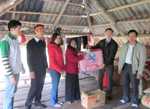 Đoàn tặng quà cho hộ nghèo xóm Ong, xã Lạc Sỹ.