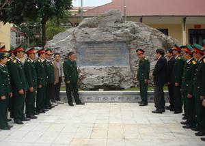 Đồng chí Bí thư Tỉnh ủy Hoàng Việt Cường nói chuyện với CBCS Bộ CHQS tỉnh về ý nghĩa chính trị, lịch sử đặc biệt quan trọng tại bia di tích.