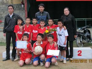 Ban tổ chức trao giải, giấy chứng nhận cho các đội, các VĐV đoạt giải.