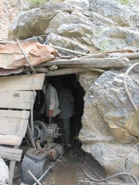 Còn nhiều mỏ khai thác thủ công, gây nguy hiểm và mất an toàn lao động. (Ảnh tại một mỏ đá hoạt động trên địa bàn xã Cao Dương).