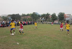 Pha tranh bóng giữa đội bóng nhất – nhì Trung học cơ sở.