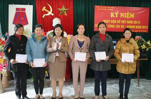 Lãnh đạo Chi cục DS-KHHGĐ trao thưởng cho các cá nhân có thành tích xuất sắc trong công tác DS-KHHGĐ năm 2012.