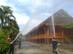 Lực lượng Cảnh sát PCCC&CNCH (Công an tỉnh) phối hợp tổ chức thực tập phương án chữa cháy tại Khách sạn nhà sàn du lịch Hòa Bình.