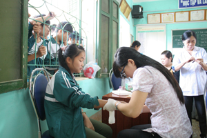 Các y, bác sỹ Bệnh viện Nhi Trung ương lấy máu xét nghiệm bệnh tan máu bẩm sinh tại trường THPT Kỳ Sơn (Kỳ Sơn).
