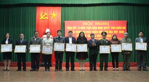 Lãnh đạo Thành ủy Hòa Bình tặng giấy khen cho các chi, đảng bộ cơ sở, chi bộ trực thuộc đảng ủy cơ sở có thành tích xuất sắc trong 15 năm thực hiện Nghị quyết Trung ương 5 (khóa VIII).