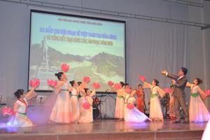 """Hát múa """"Bên tượng đài Bác"""" của nhạc sĩ Văn Hạnh, biên đạo Lưu Thanh Tú, biểu diễn: Lê Việt Nam và tốp múa nhận được sự cổ vũ nhiệt tình của người yêu nhạc."""