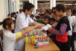 ĐV-TN Bệnh viện Đa khoa tỉnh và huyện Mai Châu  kết hợp giữa khám bệnh miễn phí với tuyên truyền phòng, chống dịch bệnh cho nhân dân xã Hang Kia, Pà Cò (Mai Châu).