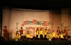 Tiết mục hát múa tại đêm văn nghệ do các bạn trẻ trường THPT Lạc Long Quân biểu diễn.