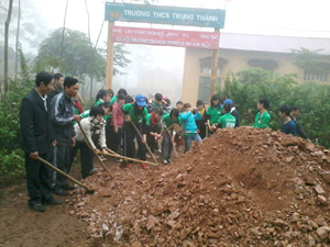 ĐV- TN trên địa bàn và đoàn sinh viên tình nguyện tham gia lao động tình nguyện tại xã Trung Thành (Đà Bắc).