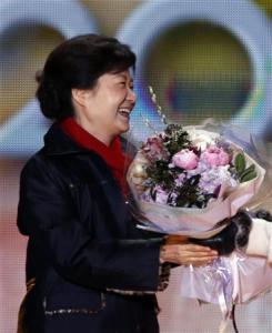 Bà Park Geun-hye hạnh phúc đón nhận bó hoa chúc mừng đắc cử Tổng thống Hàn Quốc