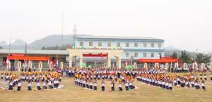 """Màn đồng diễn với chủ đề """"Quê hương vui hội"""" của 600 em học sinh trường THPT Lạc Sơn."""