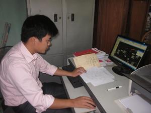 Cán bộ Văn phòng đăng ký QSD đất huyện Tân Lạc tra cứu dữ liệu địa chính trên hệ thống CNTT.