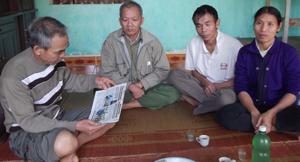 Thân nhân liệt sĩ Bùi Ngọc Cam ở xóm Rộc, xã Nật Sơn (Kim Bôi).