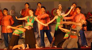 Chị em phụ nữ tham gia biểu diễn nghệ thuật cùng nam giới một cách bình đẳng như nhau. Ảnh M.Tuấn