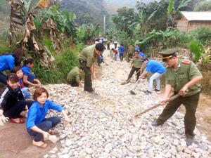 CBCS ĐV-TN lực lượng Công an tỉnh phối hợp với lực lượng ĐV-TN địa phương tham gia cải tạo, nâng cấp đường giao thông tại xóm Đậu Khụ xã Thống Nhất - TPHB.