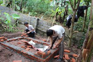 Hộ nghèo xã Phúc Tiến (Kỳ Sơn) được hỗ trợ xây dựng  nhà tiêu hai ngăn sinh thái.